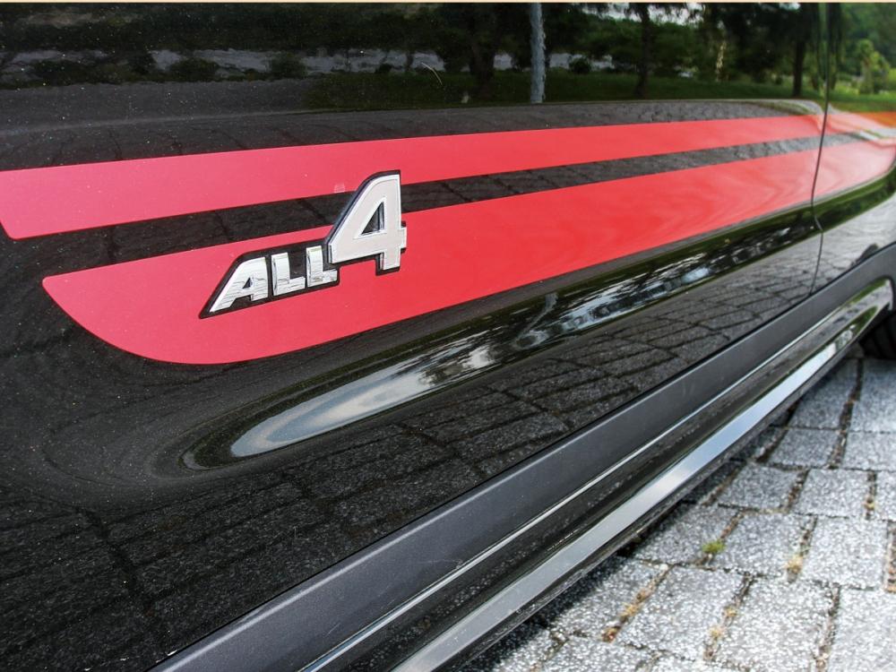 前門下緣增加了ALL4鍍鉻字樣,突顯其特殊身份。
