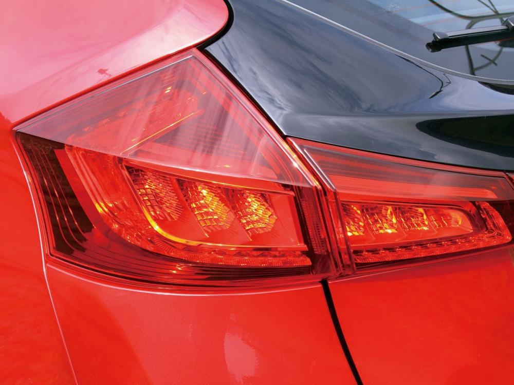 搭載LED尾燈組使得夜間具高度的安全性,更提升該車於黑夜中的辨識度。