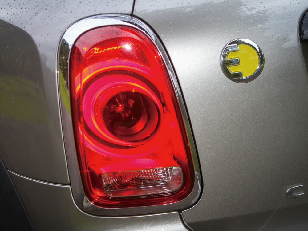 尾燈組旁配有MINI ELECTRIC的專屬銘牌。