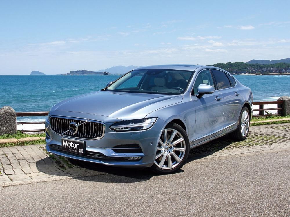 車頭設計源自 2013年發表的Volvo Concept Coupe,以寬闊的橫向視覺為主要設計概念,搭配直瀑式格柵水箱護罩與「雷神之槌」LED頭燈,造就尊榮不凡的旗艦氣勢。