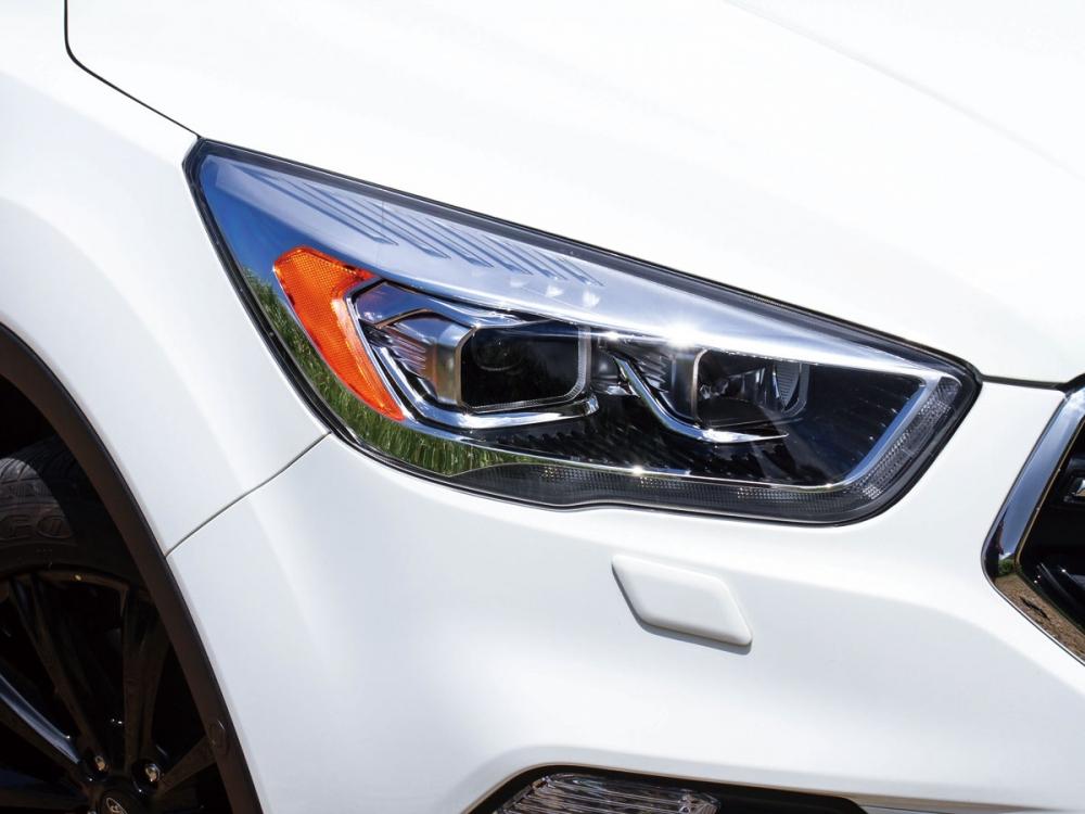 頭燈維持原來結合HID和AFS主動轉向的配置。