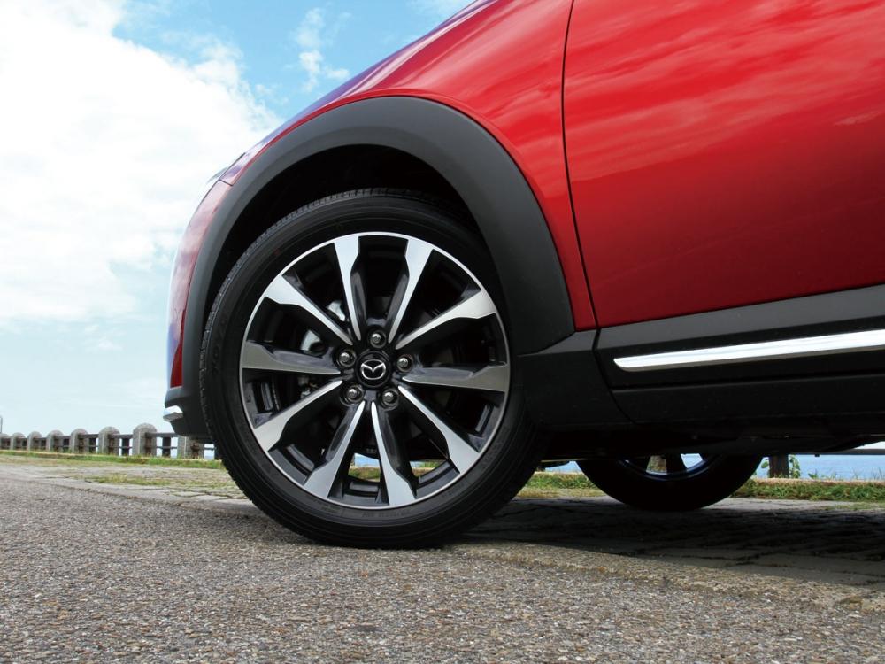 輪圈方面換上尺寸為215/50 R18的高剛性雙色切削18吋鋁圈。