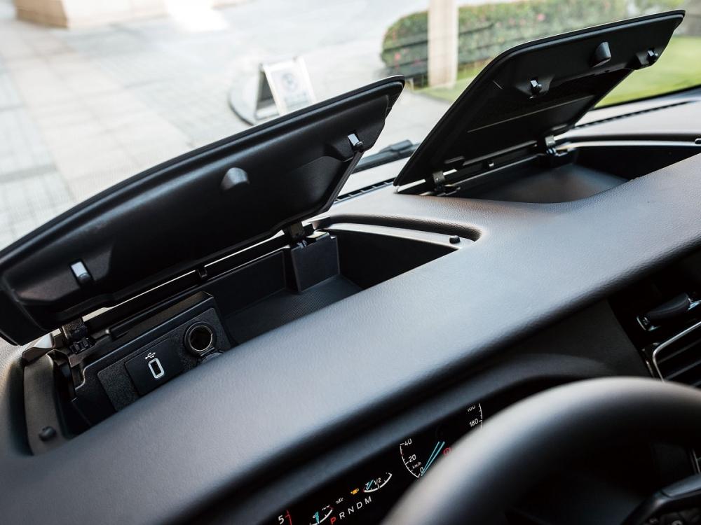 駕駛座前方配置了置物箱,大大提升收納方便性。