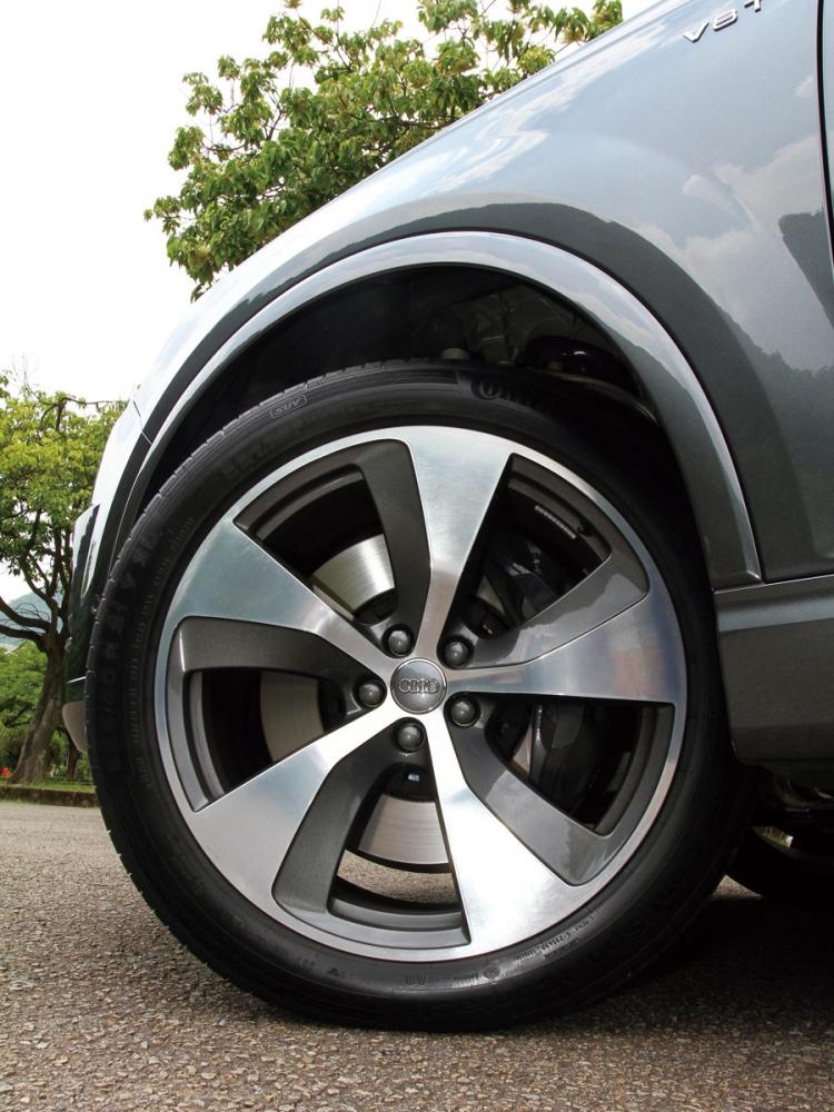 輪下標配21吋五輻渦輪設計鍛造鋁圈,配上內側Audi Sport logo灰色卡鉗。