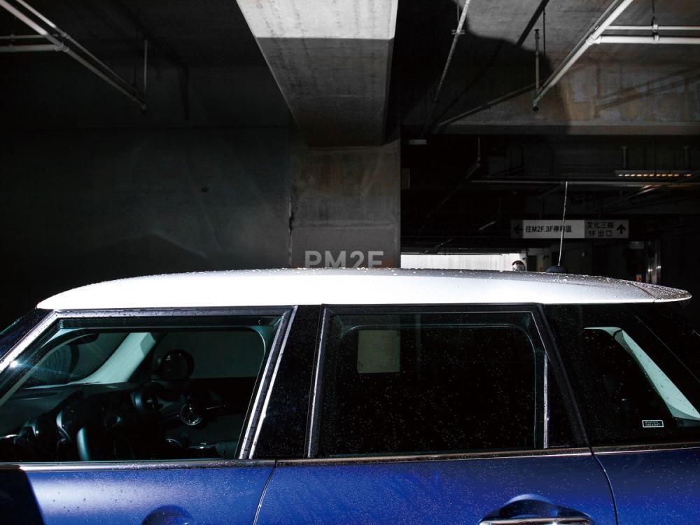 車頂採用白底的雙色配置,讓MINI看起來更具活力。