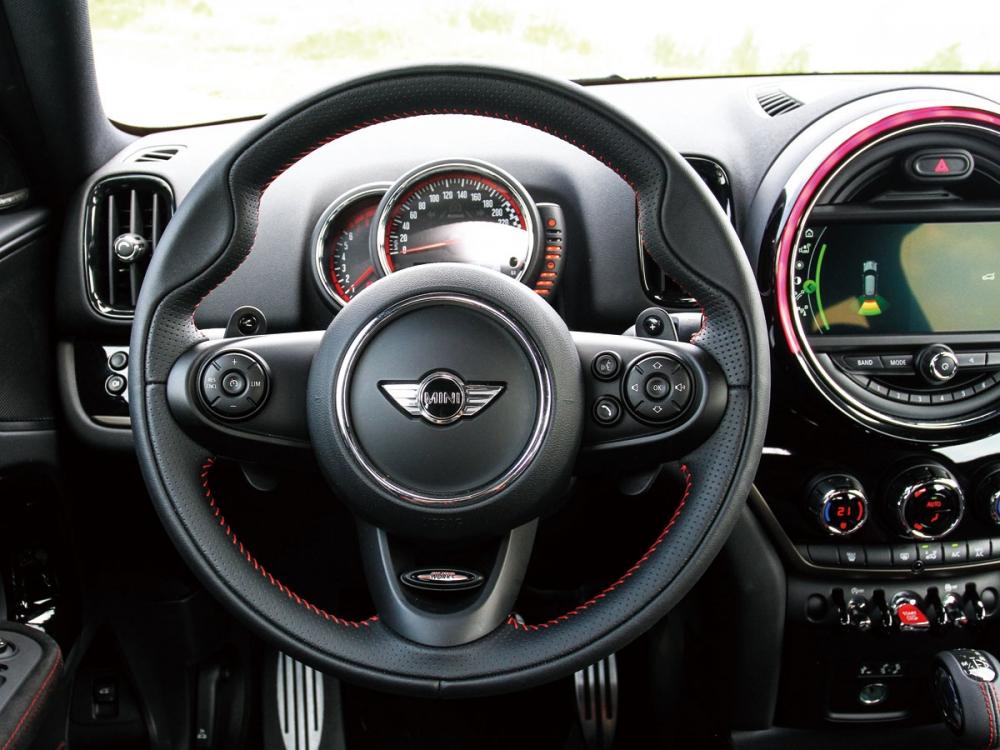 小口徑的方向盤與接近1:1的轉向手感,向來是MINI車系的最大特色。