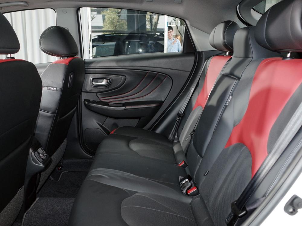 紅黑雙色版內裝風格強烈,後座則擁有寬裕的乘坐空間。