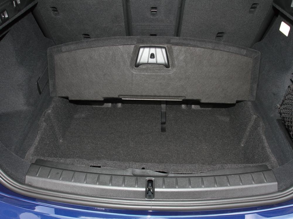 後車廂底板拉起可將一些小雜物置於其中。
