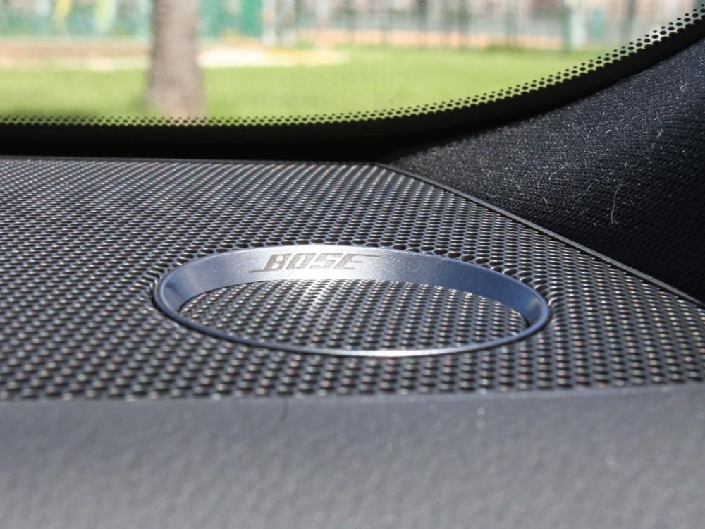 全車搭載BOSE環繞音響系統與12支揚聲器。
