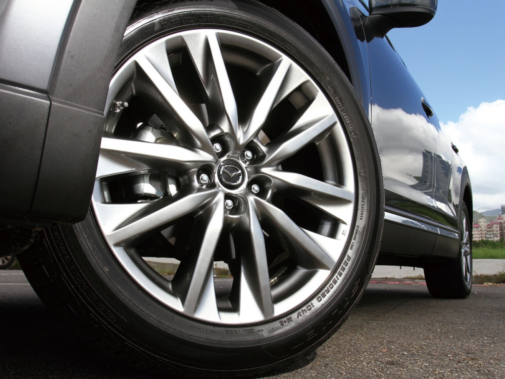 255/50 R20的輪圈尺寸展現出CX-9的大器風範。