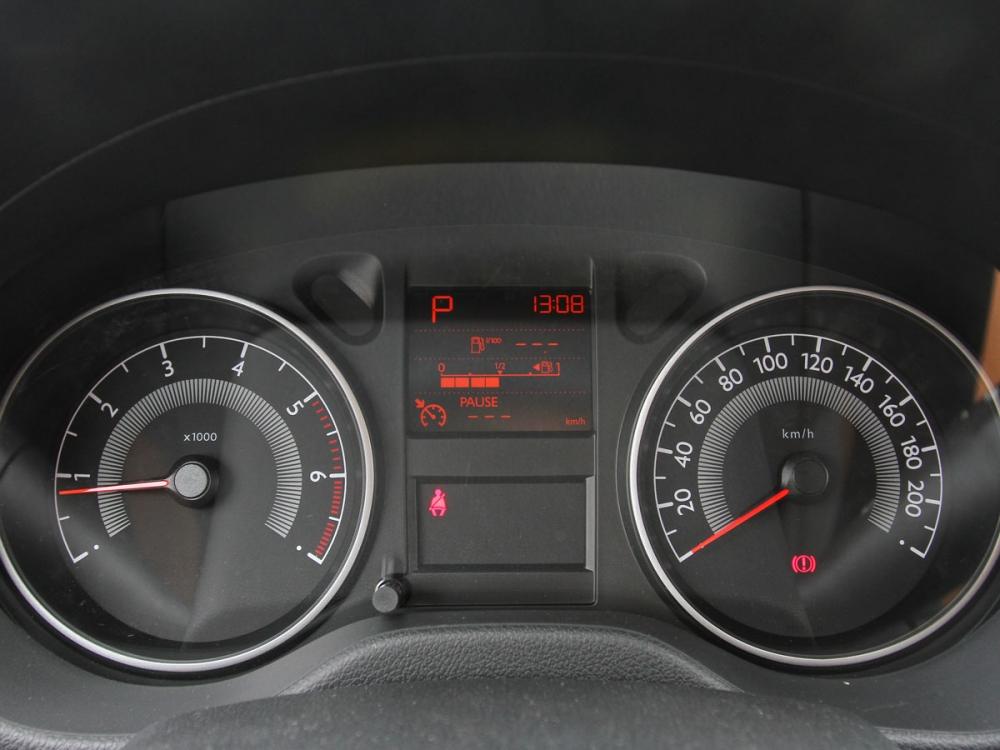 雙環式儀錶板顯示效果直覺,中央具備小型單色液晶螢幕。