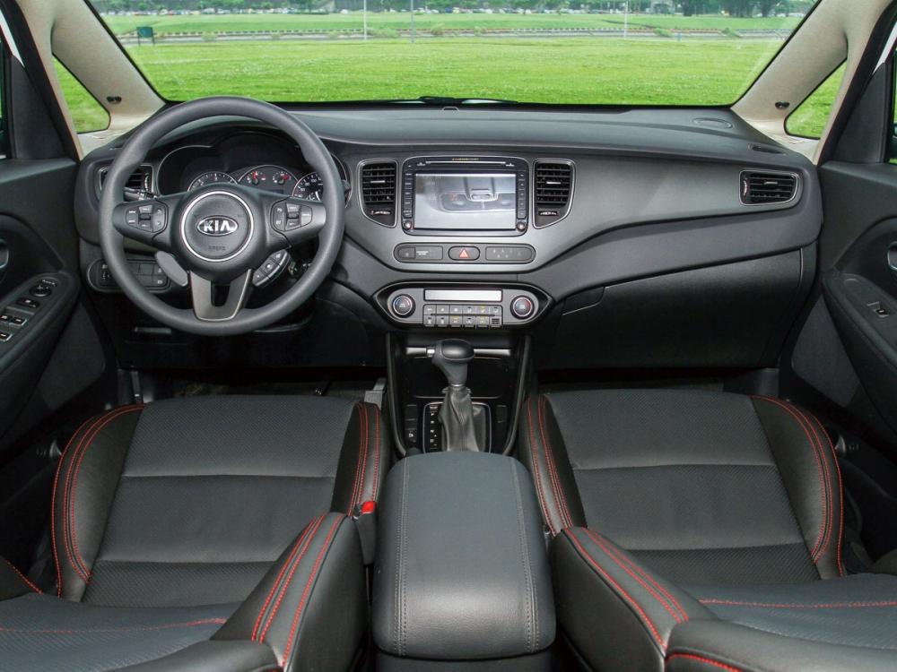 車室以黑色為主軸,並創造出簡潔與空間寬闊之樣貌,特仕版座椅採用了真皮包覆,使用紅色縫線加以點綴,並有高度支撐性與包覆力。