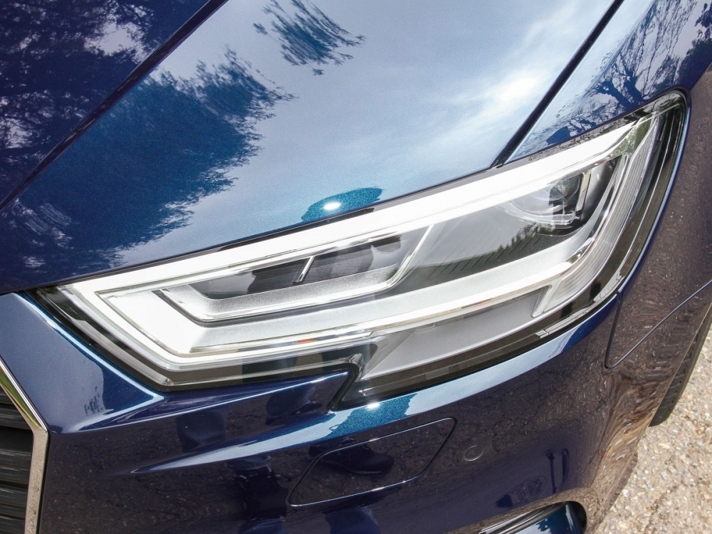 戰斧式LED頭燈設計,成就銳利車前目光。