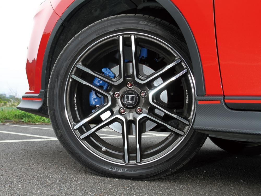 腳下踩著日本知名輪圈大廠Rays鍛造鋁圈,並以225/45 R19的配胎,達到優異的抓地及輕量化成效。