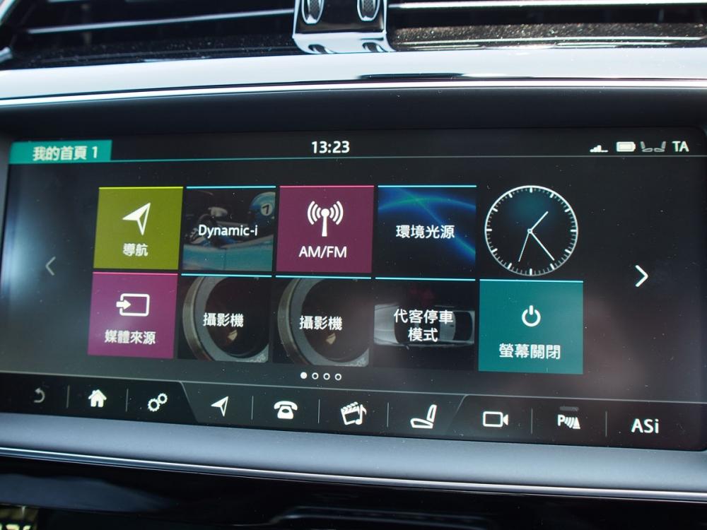 10.2吋智慧型多媒體觸控式中控台顯示幕,整合多項視聽功能。