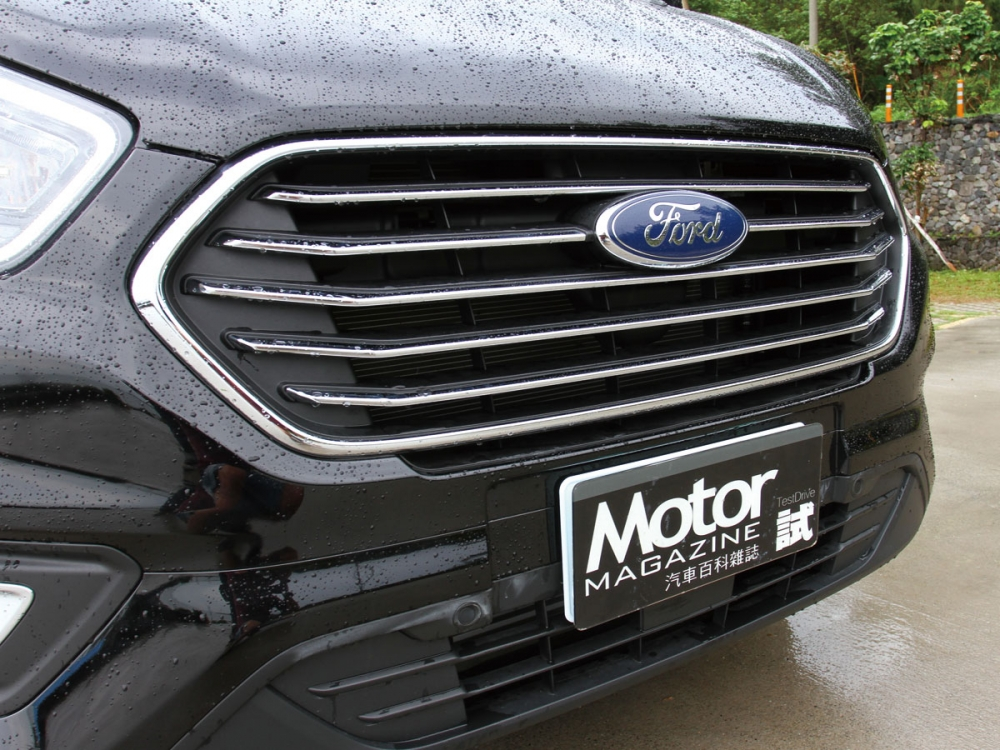 以家族化的六角型鍍鉻水箱護罩打造出商旅車精明樣貌。