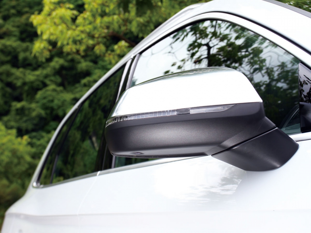 霧銀車外後視鏡是整輛車最容易辨認SQ5不凡身份的地方。