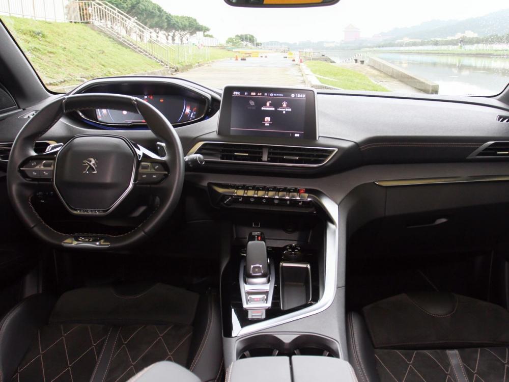 T字型的科技化中控台與金屬內飾搭配使得車室內極簡脫俗。