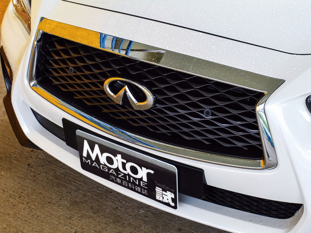 蜂巢式的Double Arch雙弓式水箱護罩,使車頭造型更為簡單有型。