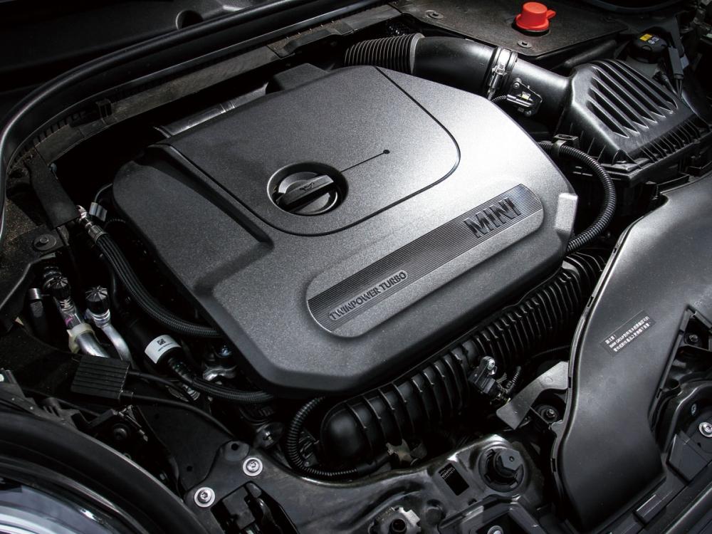 全新2.0升TwinPower Turbo渦輪增壓直列四汽缸引擎,32.65kgm峰值扭力在引擎轉速1250rpm時全數湧現,而最大馬力也達到231hp的強悍表現。