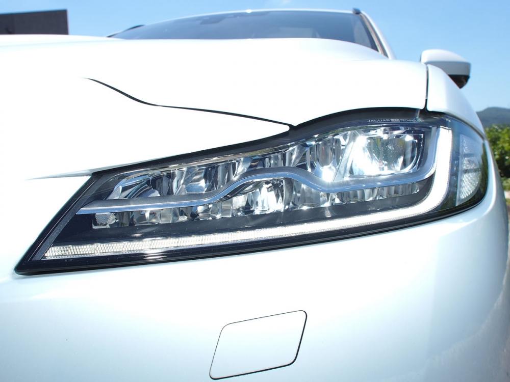 頭燈採全LED燈組設定,照耀寬廣行車視野。