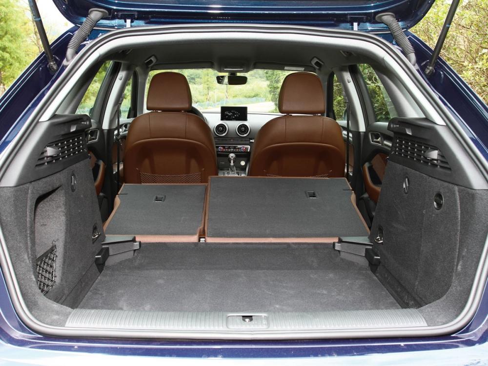 行李廂開口寬大,容量可藉由後座椅傾倒達到1220公升。