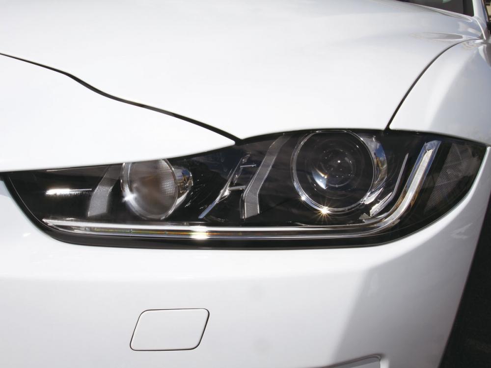 HID頭燈組整合LED日行燈,使車頭氣勢富有銳利神色。