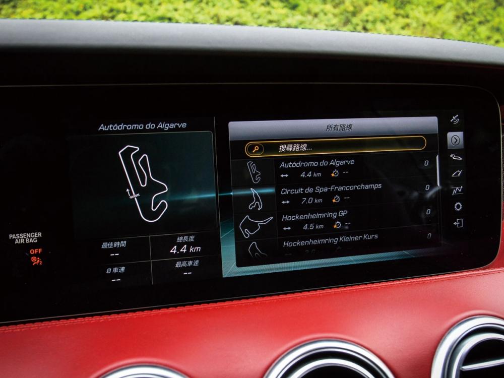 結合賽道紀錄的功能,加入多條國際知名賽道的圖資,讓駕駛者可以記錄圈速等功能。