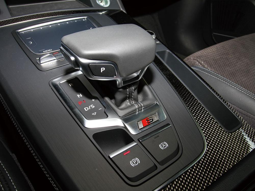 排檔桿採用類遊艇操縱桿的設計,底座為Carbon Atlas碳纖維飾板。
