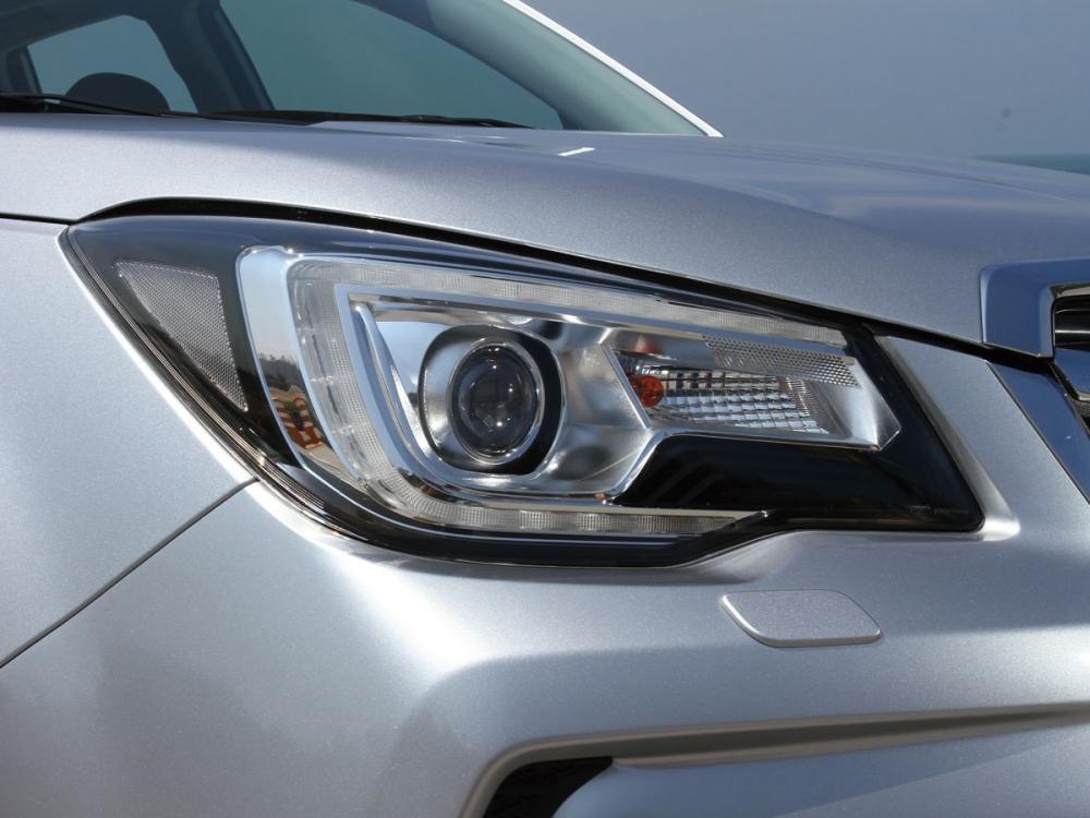 ㄈ字型LED日行燈搭配LED燈組,提供良好的車頭辨識度。