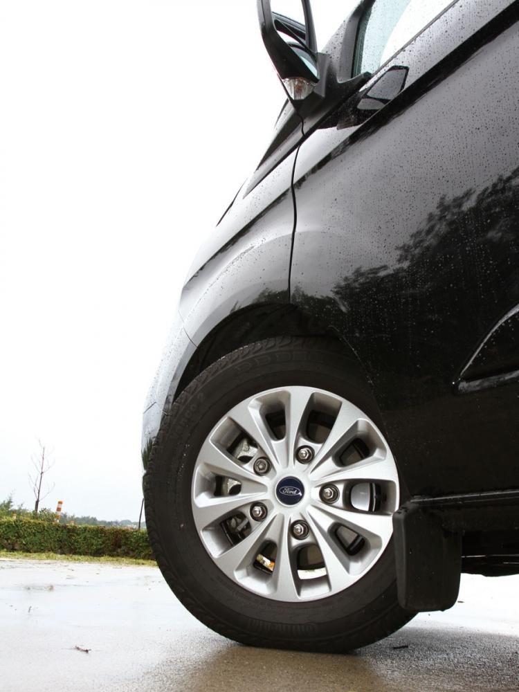 腳下踩著16吋鋁圈的配置,別於以往商旅車配置鐵圈的窘境。