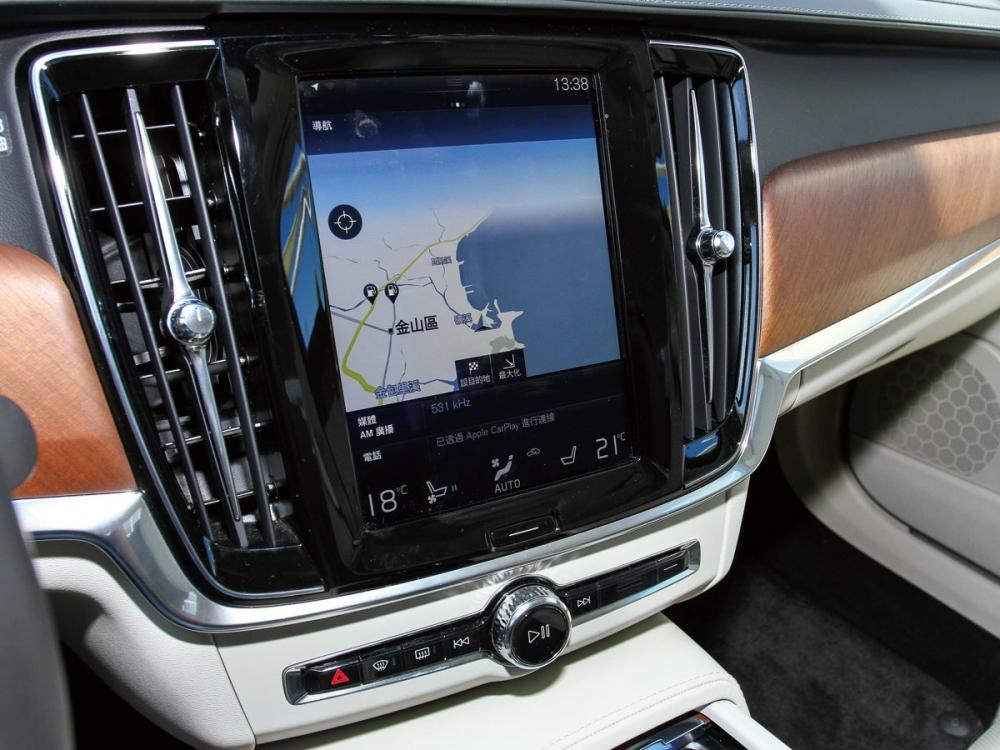 俐落的車身線條搭配大膽C字型尾燈,勾勒獨特唯美車尾曲線。