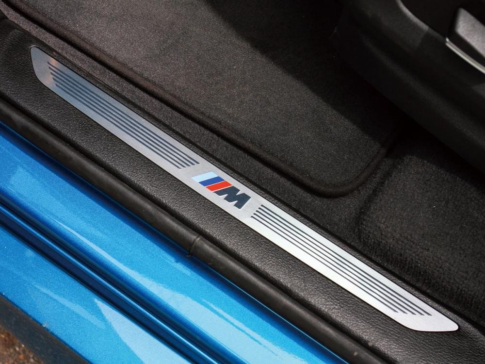 前後門檻換上M款金屬飾板,大幅增添內裝質感。