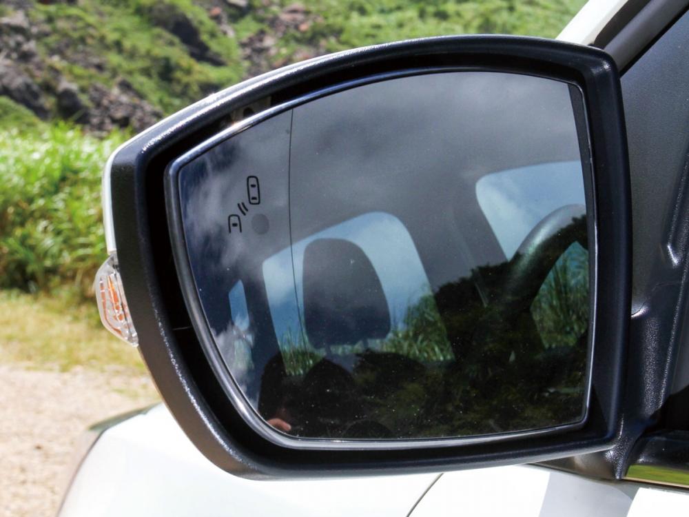 後視鏡上結合盲點偵測與車側方向燈。