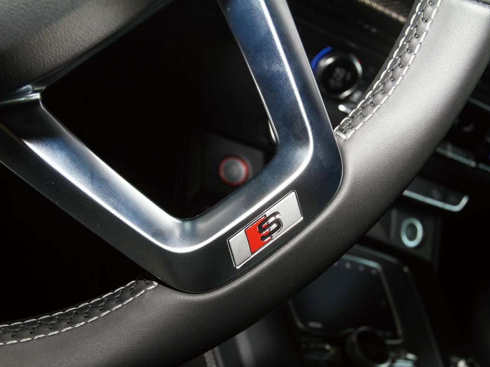 三幅式真皮跑車方向盤下緣處也嵌有S line銘牌字樣。