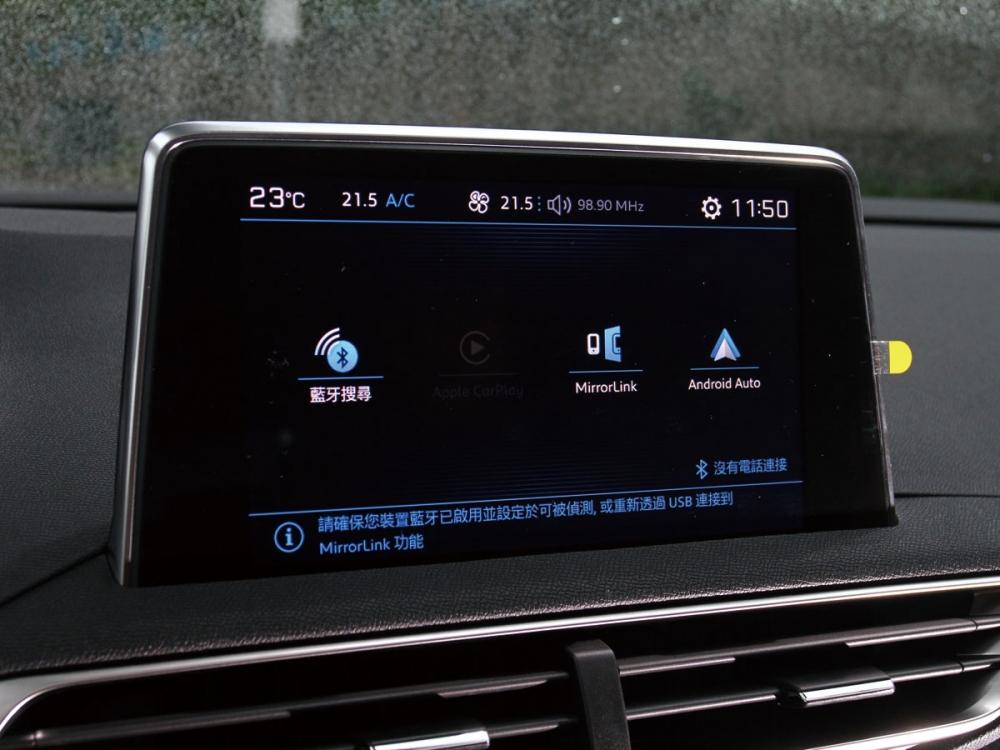 中控8吋螢幕整合多樣化娛樂功能,並支援Apple CarPlay機能。
