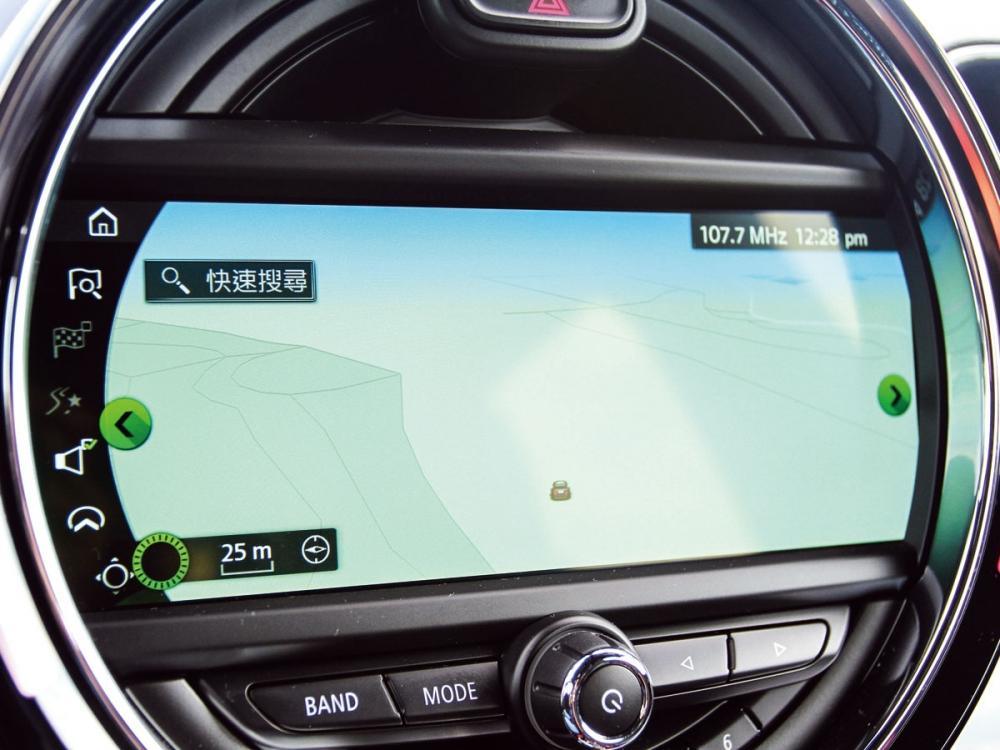 選配的8.8吋中央資訊幕還整合了中文衛星導航系統。