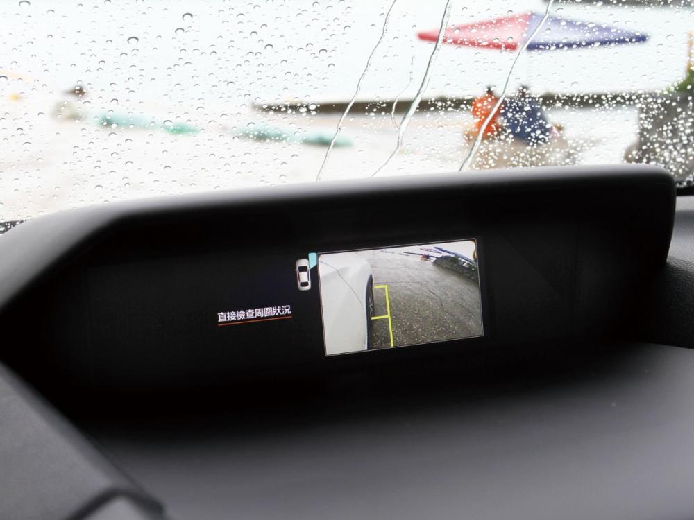 中央上方搭載的6.3吋行車資訊幕功能非常齊全,全車功能顯示幾乎包辦。