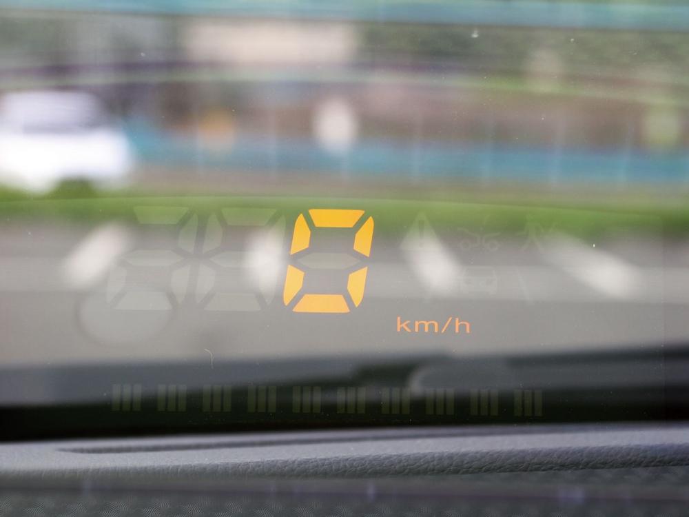標配HUD抬頭顯示器,羅列多項行車資訊,不須低頭便能掌握當前行車狀況。