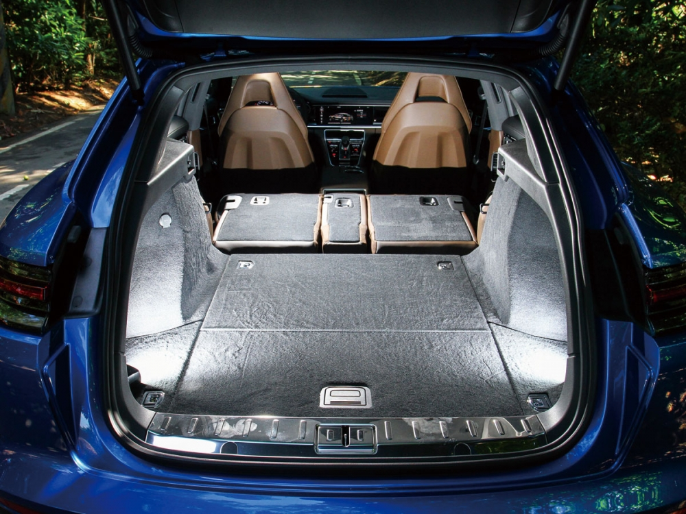 尾廂的開口高度僅有628mm的高度,並提供最大1390L的容積表現,方便駕駛者載運大型物品。