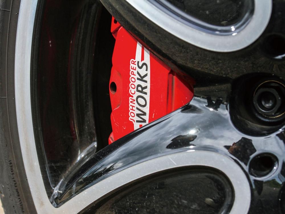 煞車系統則是採用了前四活塞的卡鉗性能配置。
