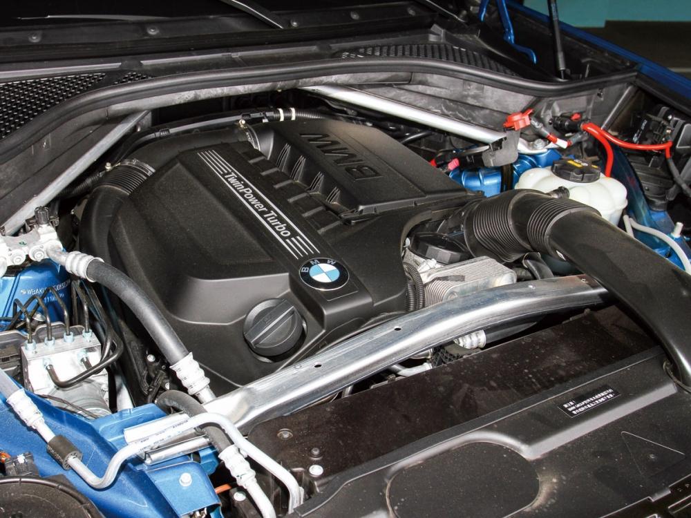 搭載3.0升直列六缸雙渦輪增壓汽油引擎,可輸出最大馬力306hp,和最大扭力40.8kgm。