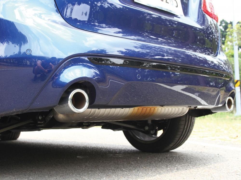 大口徑雙邊單出排氣尾飾管增添不少運動氛圍。