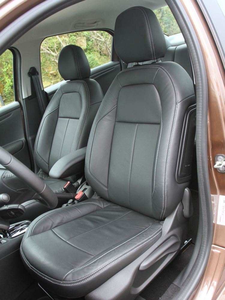 全車座椅以皮革包覆,雙前座椅偏向舒適化設定。