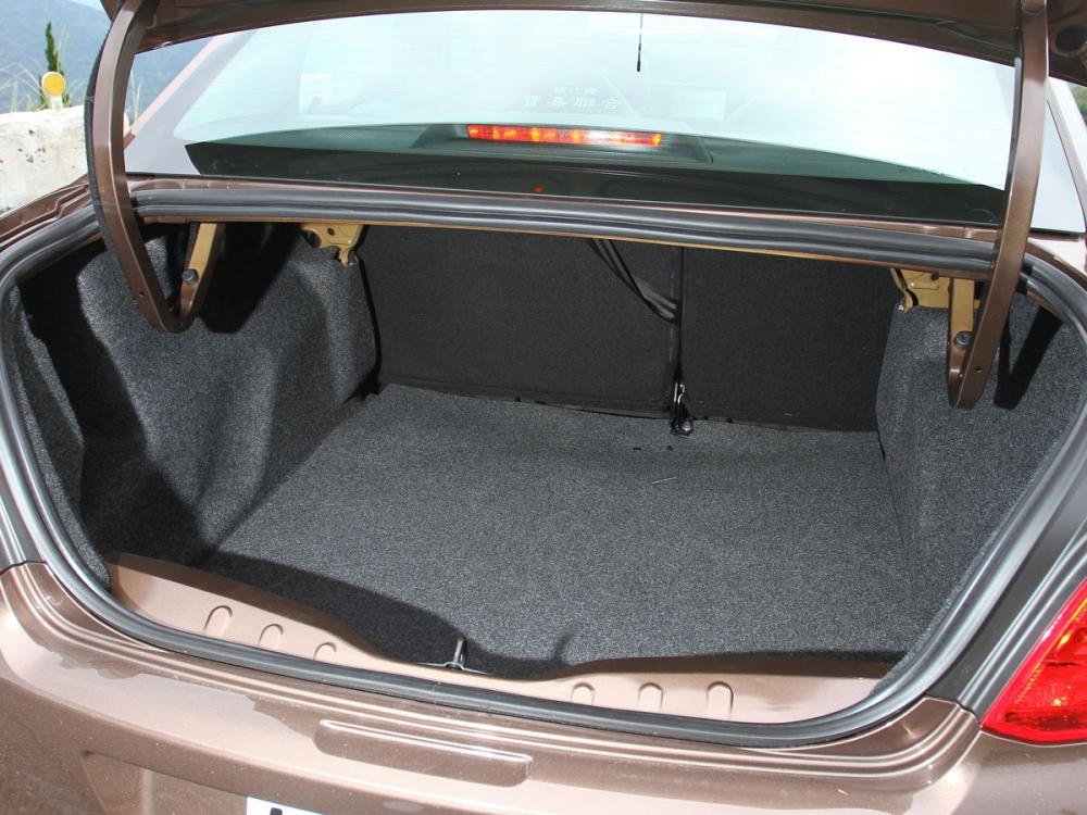 行李箱擁有640公升基礎容量,並可透坐後座椅背傾倒擴充容量。