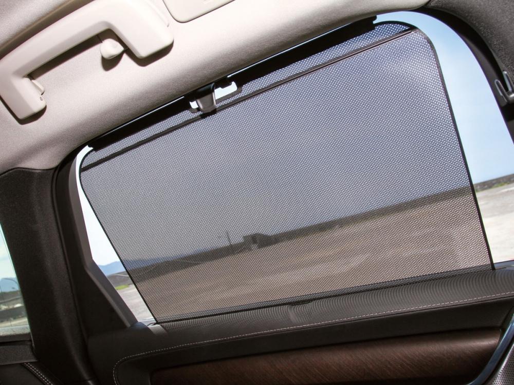 後窗配備了手動遮陽簾,好讓車室減少陽光直射以及增加隱密性。