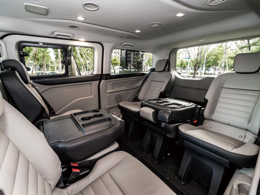 中央座椅椅背的桌面配置,讓New Tourneo Custom可成為小型的車內會議室。