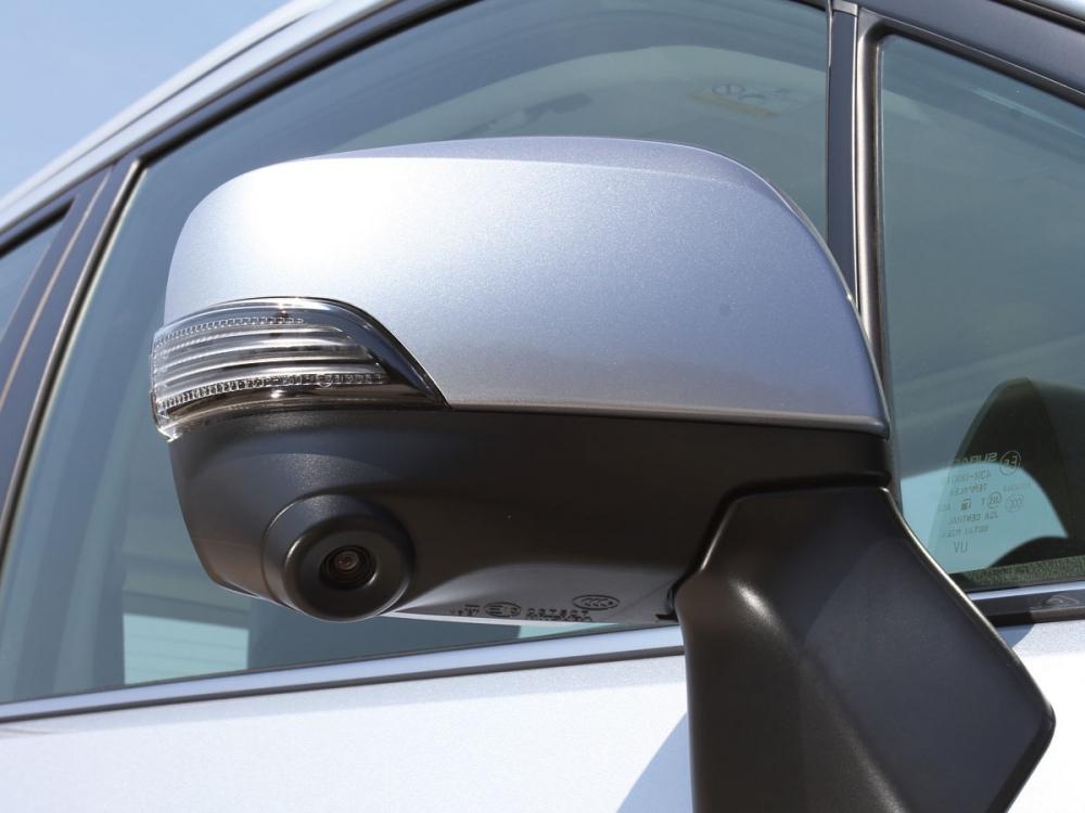 右側後視鏡整合一組攝影鏡頭,帶來更為安全的行車環境。