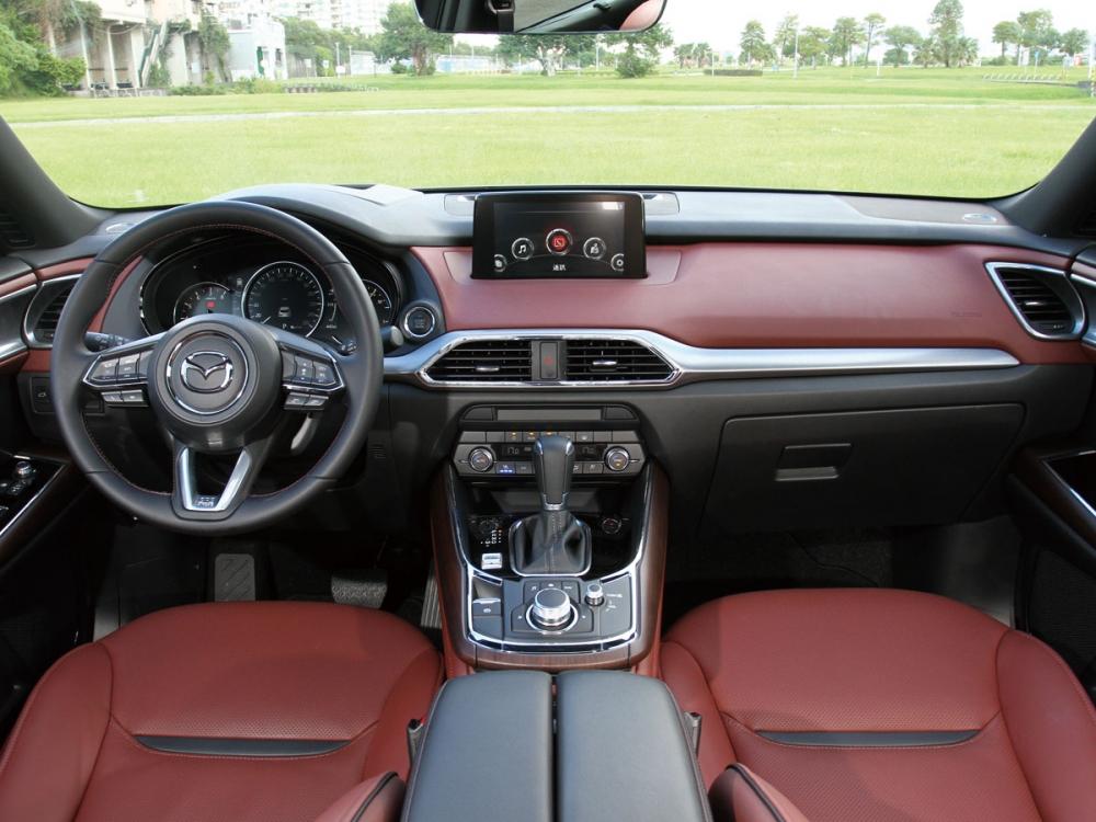 CX-9 Sky-G AWD旗艦進化型的座艙運用駝色內裝和原木飾板點綴。