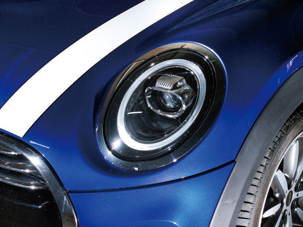以圓為設計元素的家族設計,小改款後在頭燈更換上環形的LED日行燈樣式。